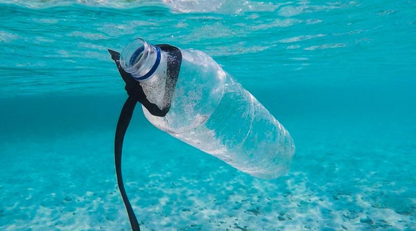 botella de plástico flotando en el mar